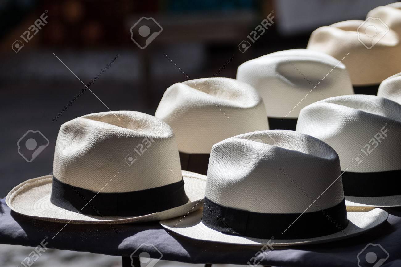 Foto de archivo - Panamá sombreros en el sol en Otavalo Ecuador f6adb449e21