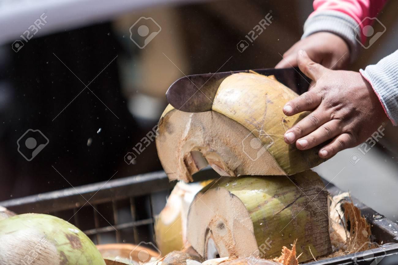 Couper Noix De Coco couper une noix de coco avec de la machette en Équateur banque d