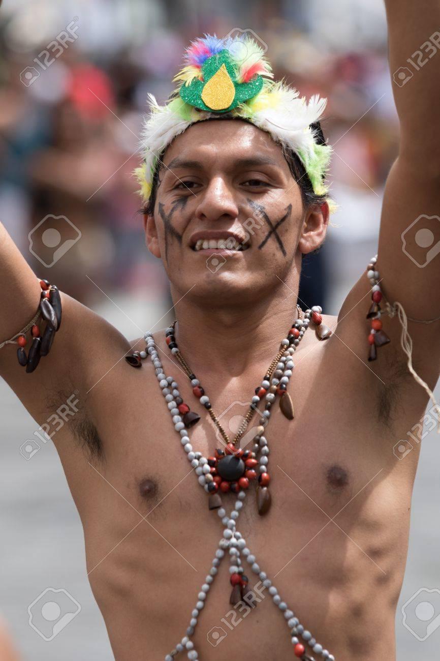 17 De Junio De 2017 Pujili Ecuador Indígena Desnudo Con El Torso Desnudo De La Zona Del Amazonas Bailando En La Calle En El Desfile De Corpus