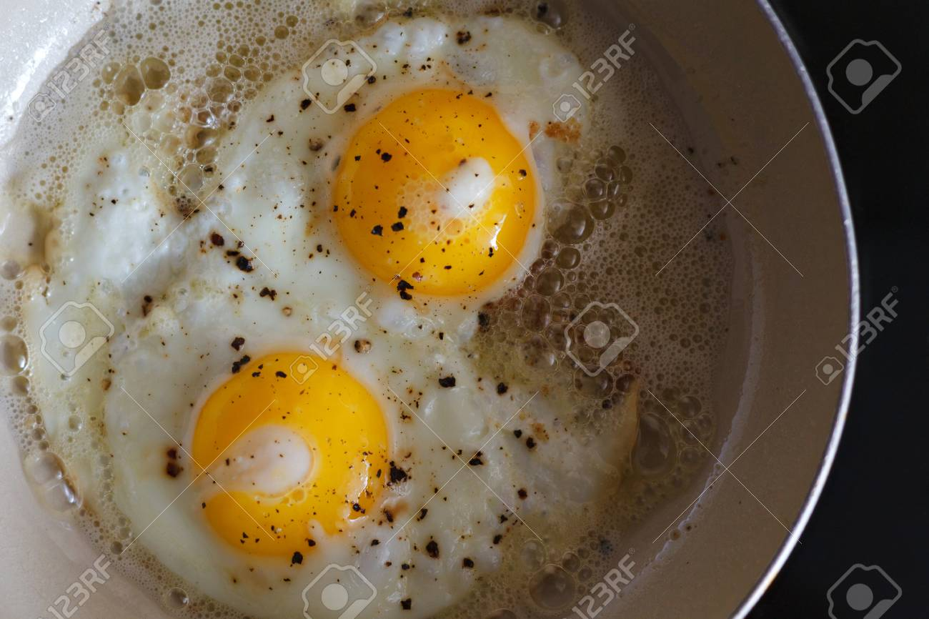 Spiegeleier Von 2 Eiern In Einer Bratpfanne Heisser Sonniger Teller