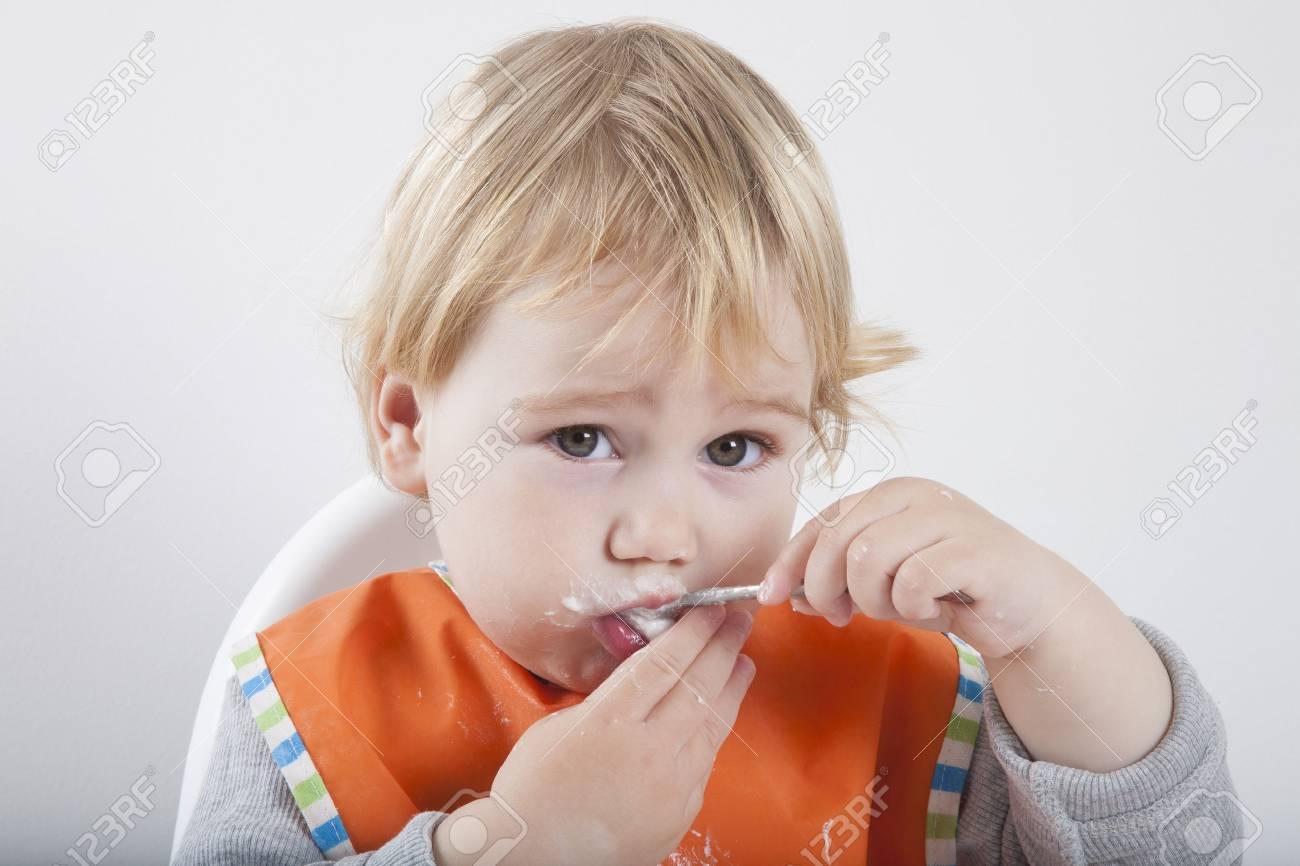 Caucasian Baby 17 Monate Alt Orange Bib Grauen Pullover In Weiß