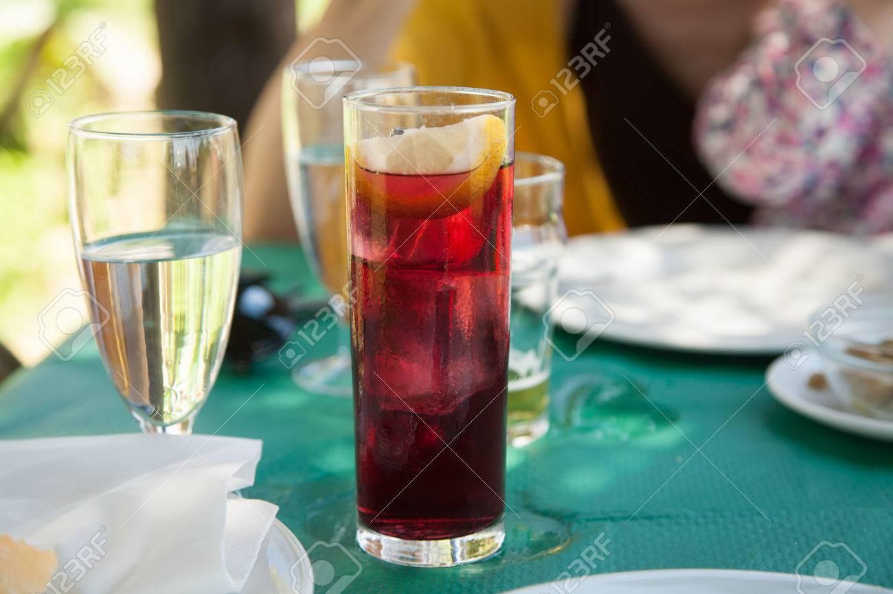 Kristallglas Voll Von Typisch Spanischen Sommer Getränk, Wein Mit ...