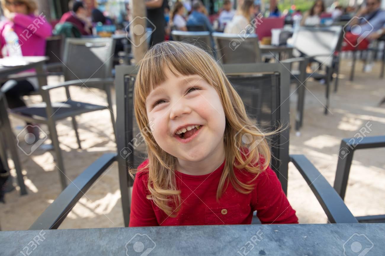 Retrato De Rubia De Tres Años De Edad El Niño Se Enfrentan Con Camisa Roja Risa Divertida Comer Bocadillos De Queso Con Migajas En La Boca Sentado