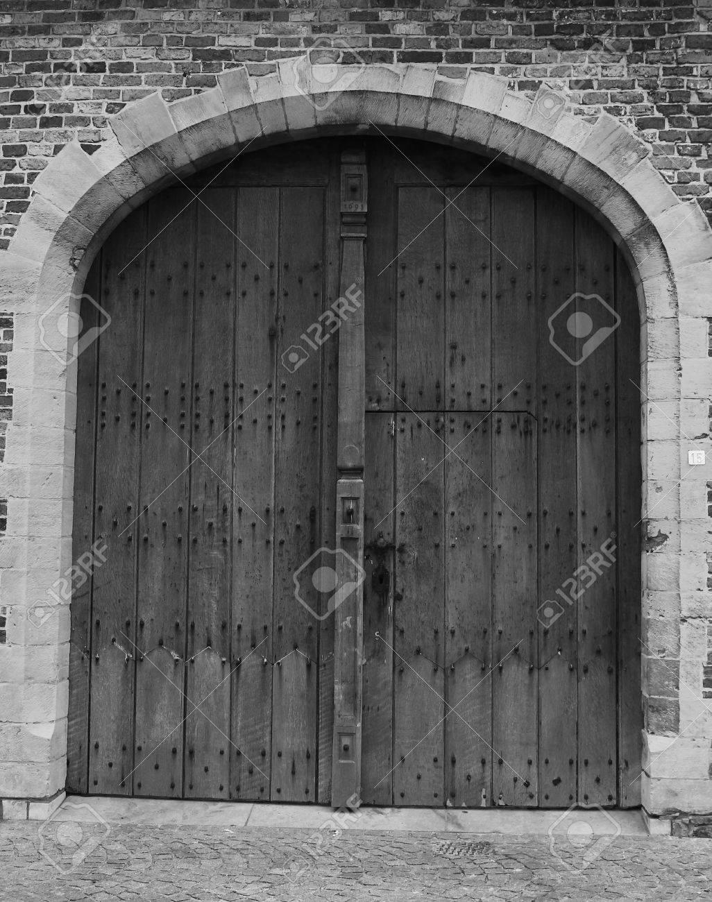 Entrée Noir Et Blanc une étude en noir et blanc d'une ancienne porte d'entrée du village de  damme en belgique.