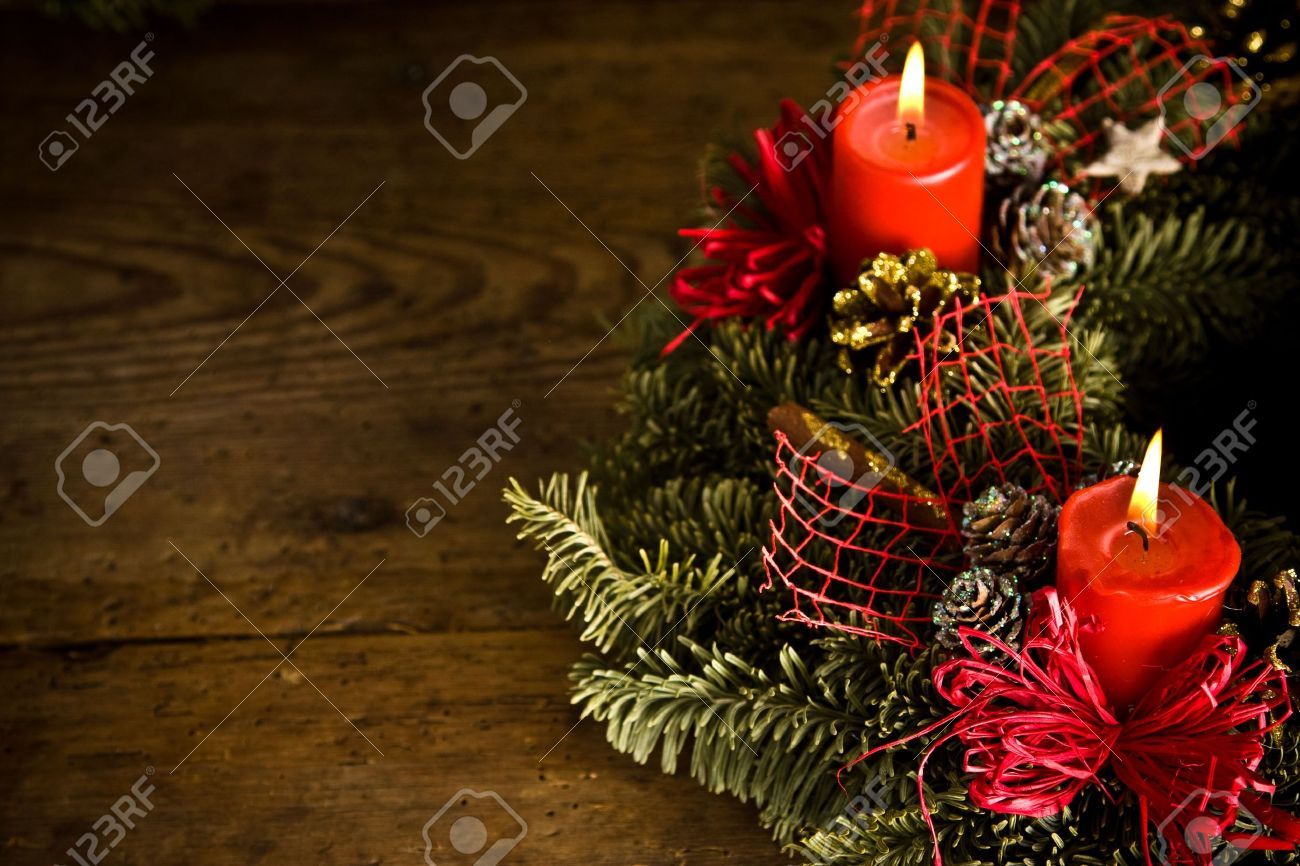 verde corona de navidad decorado con quema de velas lazos rojos y conos de pino