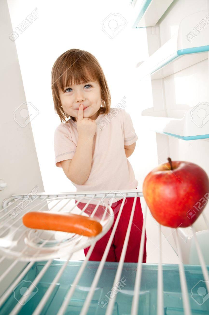 Hübsch Junges Mädchen Suchen In Offenen Kühlschrank Entscheidung ...