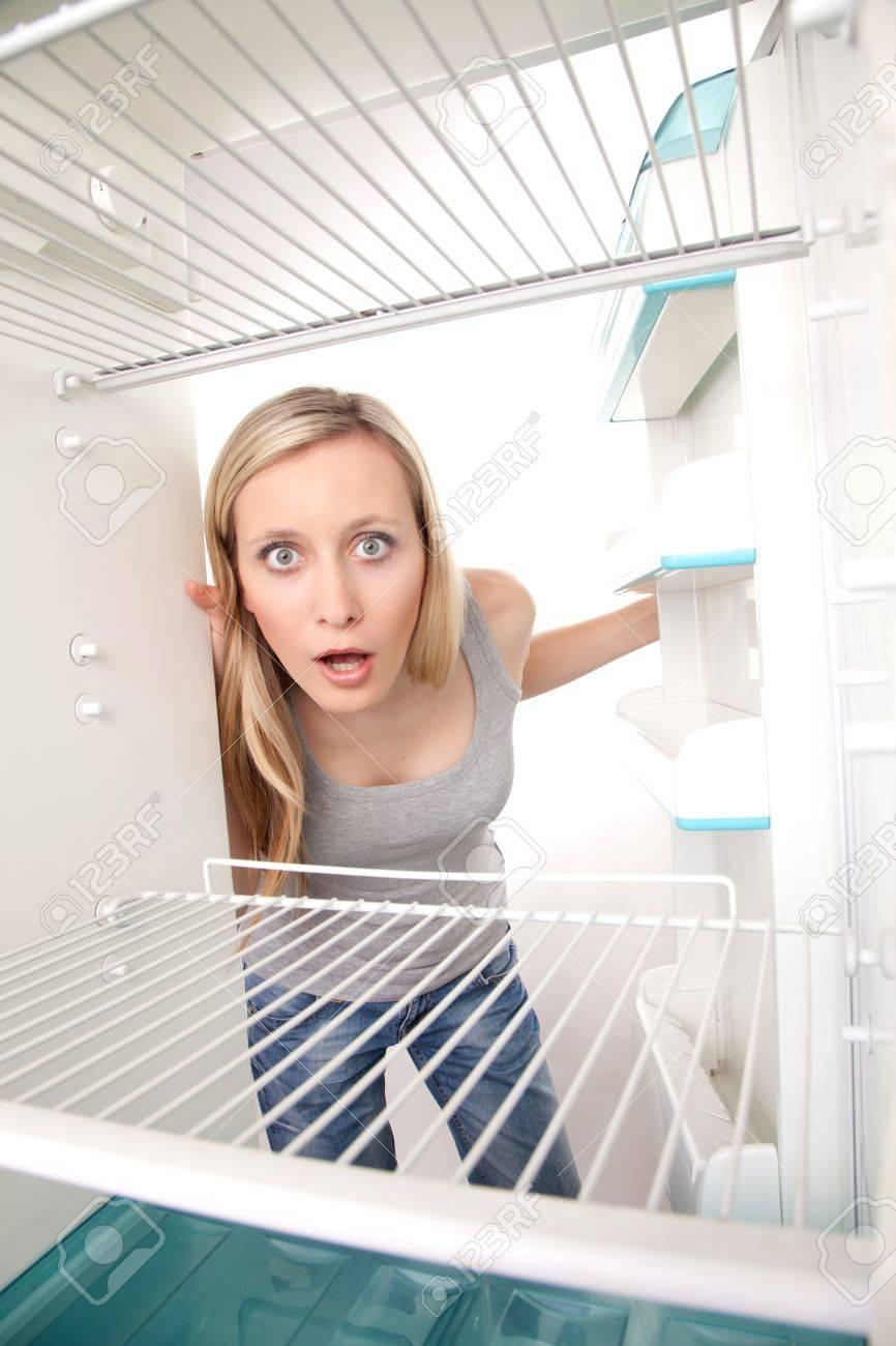 Attraktive Weibliche Teenager In Leeren Kühlschrank Mit Schockiert ...