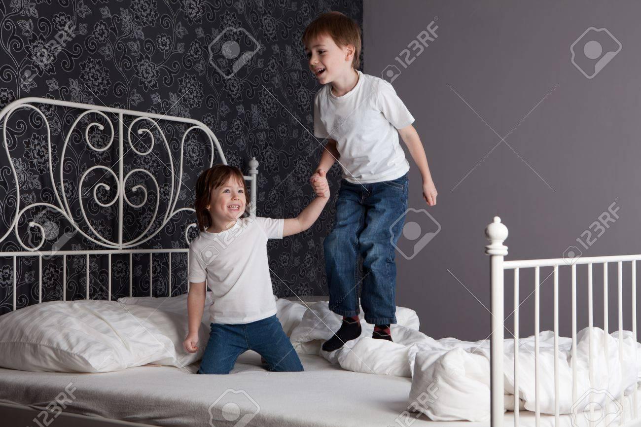 фото как девушка прыгает на мальчика и затаскевает в постель