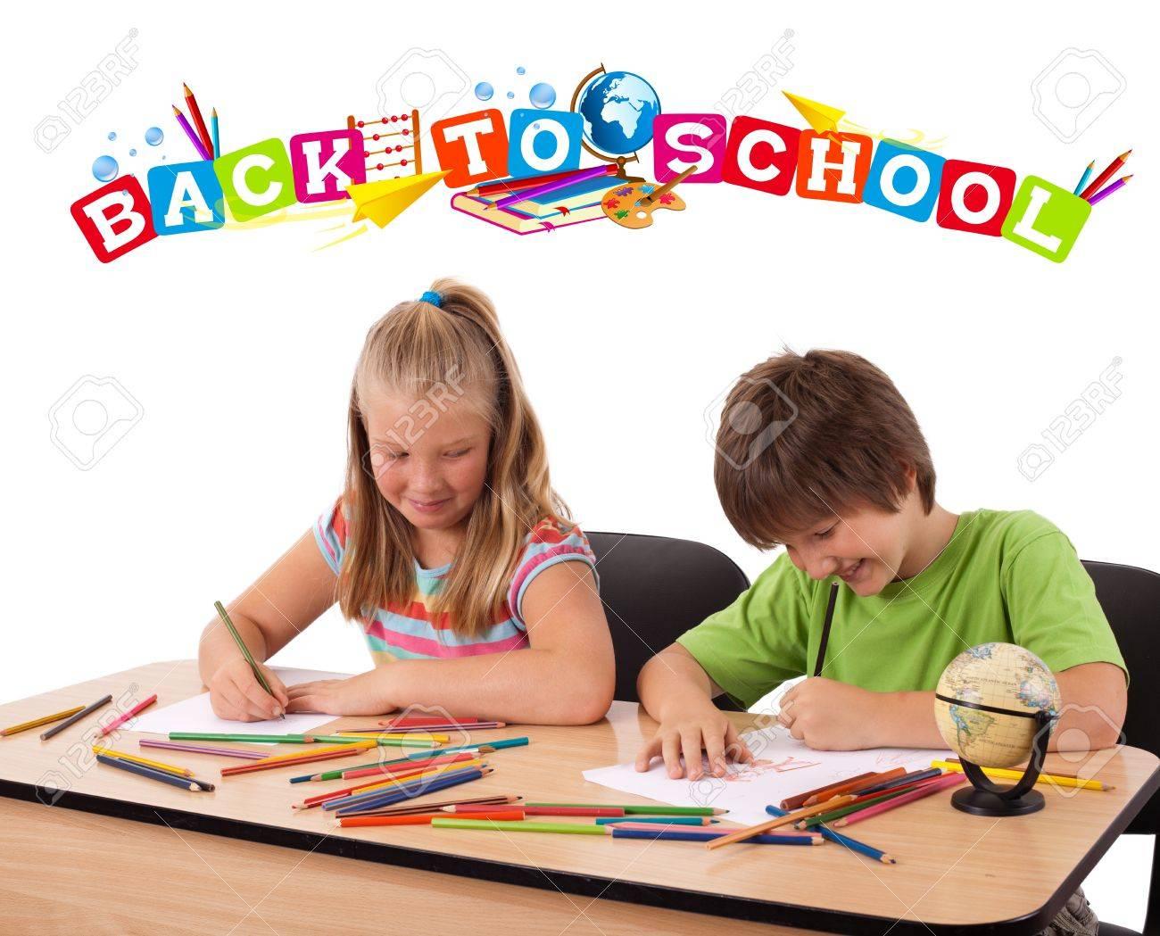 Enfants à Banc Avec Dossier Au Thème De Lécole Isolée Sur Blanc
