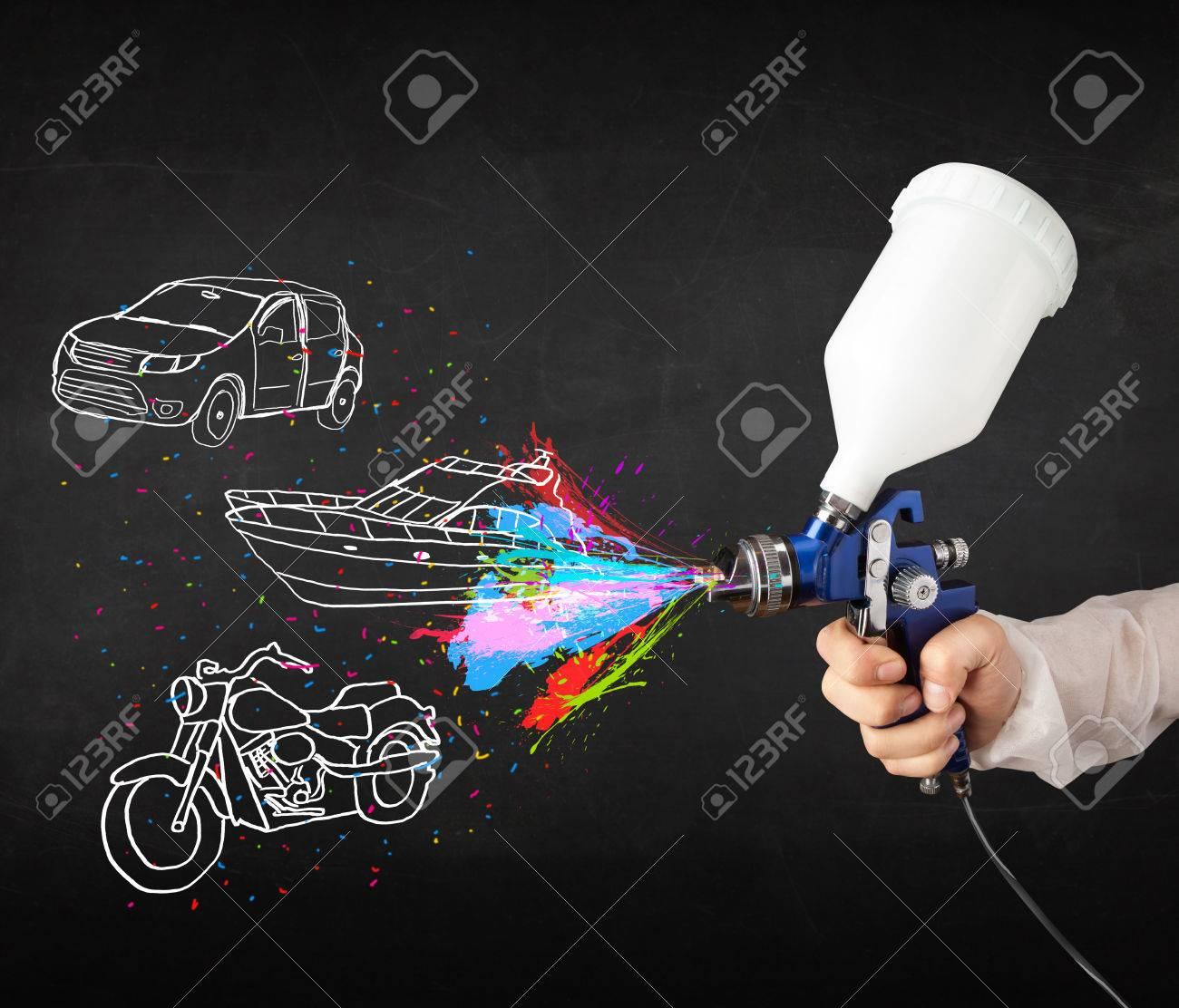 Homme A L Aerographe Bombe De Peinture Avec Le Dessin Voiture Bateau Et Moto Sur Fond Sombre Banque D Images Et Photos Libres De Droits Image 22757592