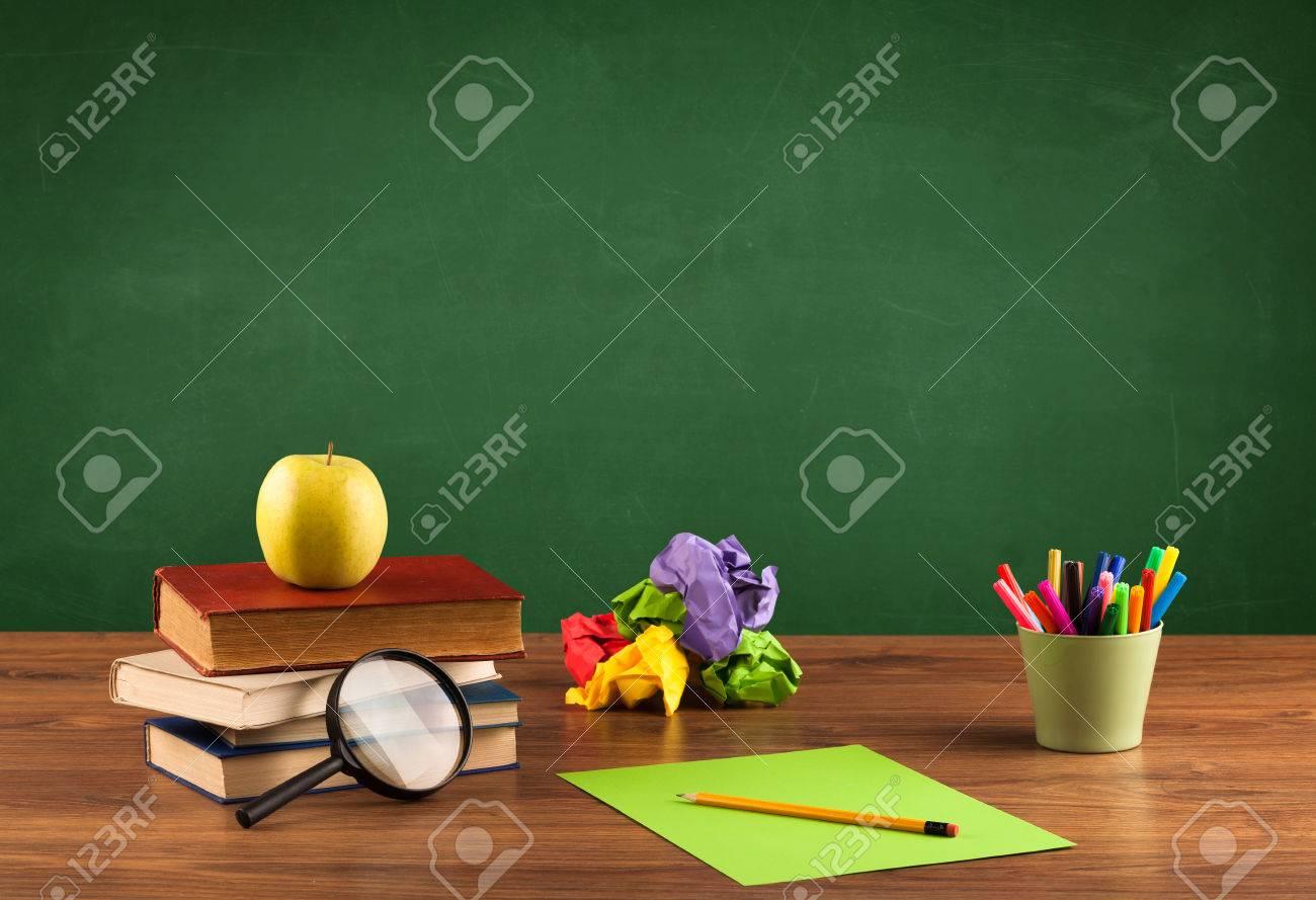 Retour à concepty scolaire avec claires tableau noir fond bureau