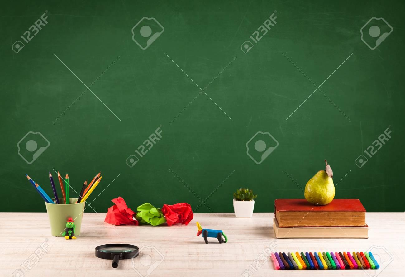 Retour à l école concepty avec fond clair de tableau noir bureau