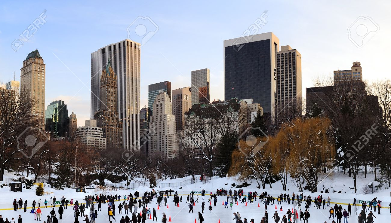 NEW YORK CITY, NY - JAN 1: Menschen Skate Auf Eis Mit Weißen ...