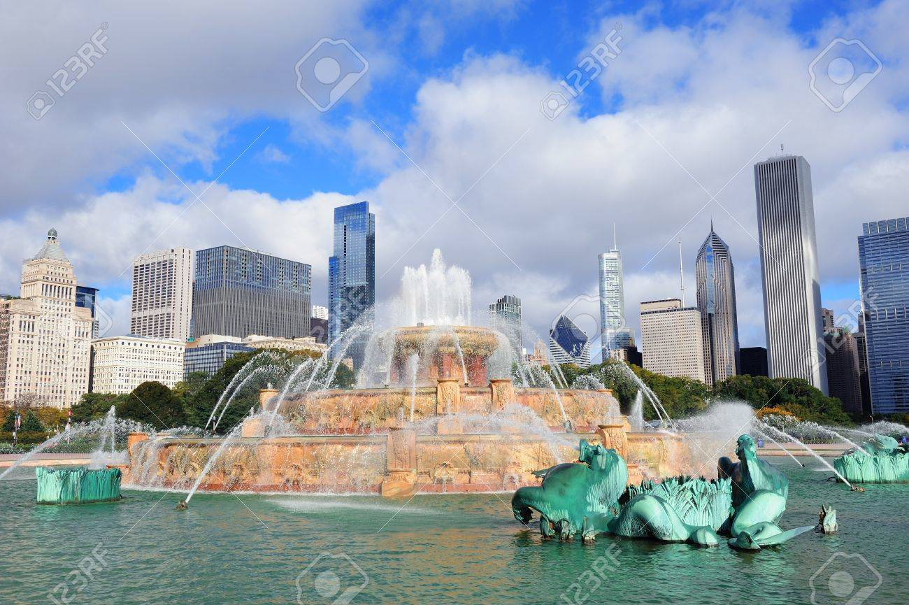 Chicago skyline panorama with skyscrapers and Buckingham fountain in Grant Park in the morning with cloud and blue sky. Stock Photo - 11565760
