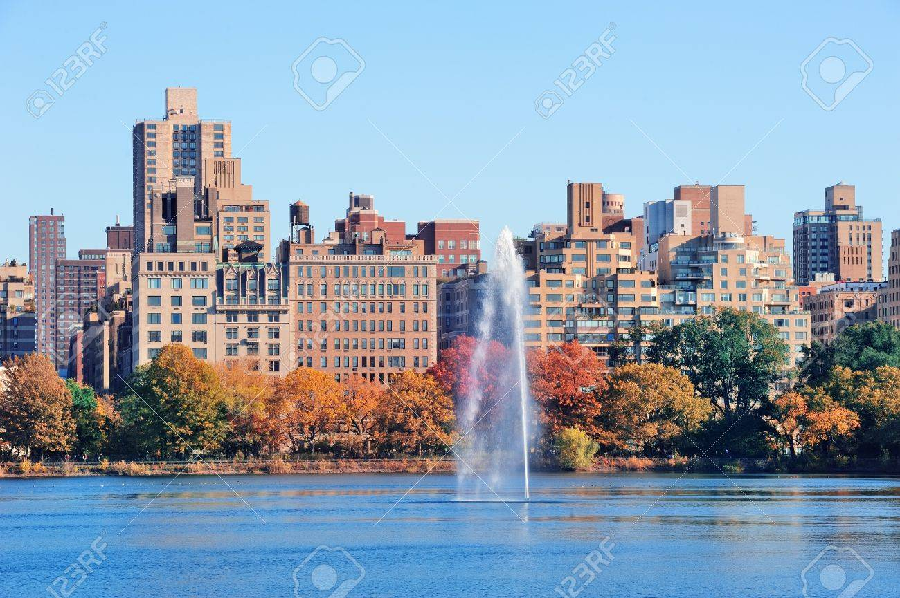 foto de archivo fuente sobre el lago en new york city central park de manhattan con