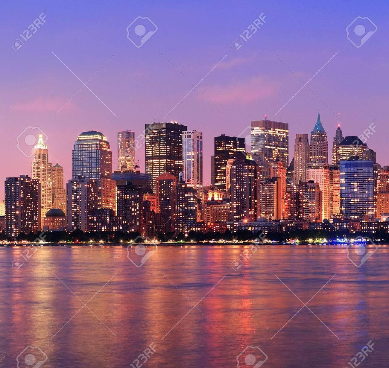new york city manhattan skyline con rascacielos al anochecer iluminado sobre el ro hudson panorama foto
