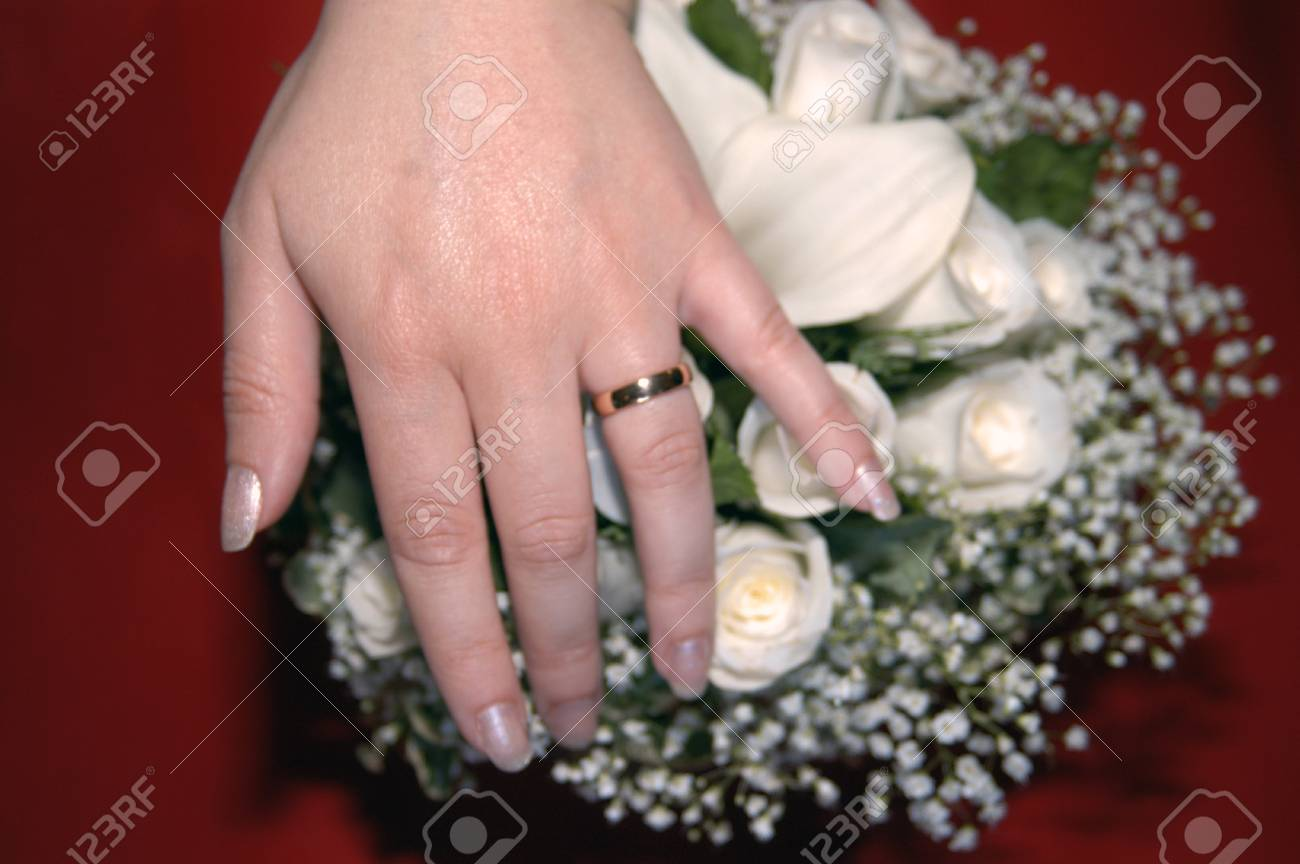 brides hand on a bouquet Stock Photo - 13162440