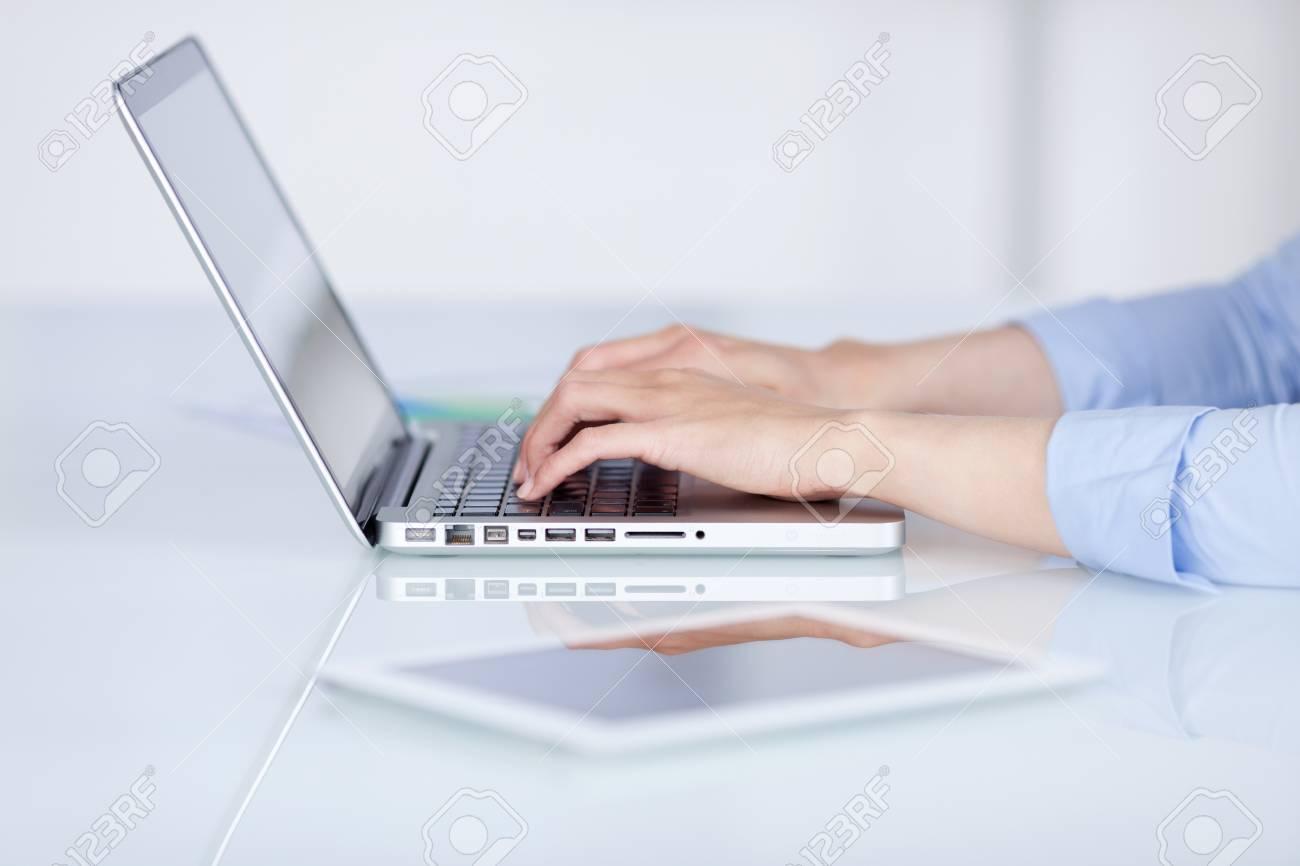 Gros plan des mains de femme daffaires utilisant un ordinateur