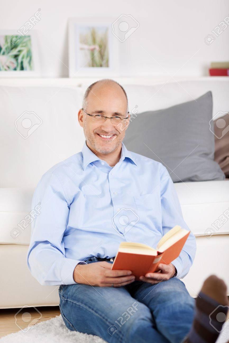 Lächeln Glatzkopf Lesen Und Sitzt Im Wohnzimmer Lizenzfreie Fotos ...
