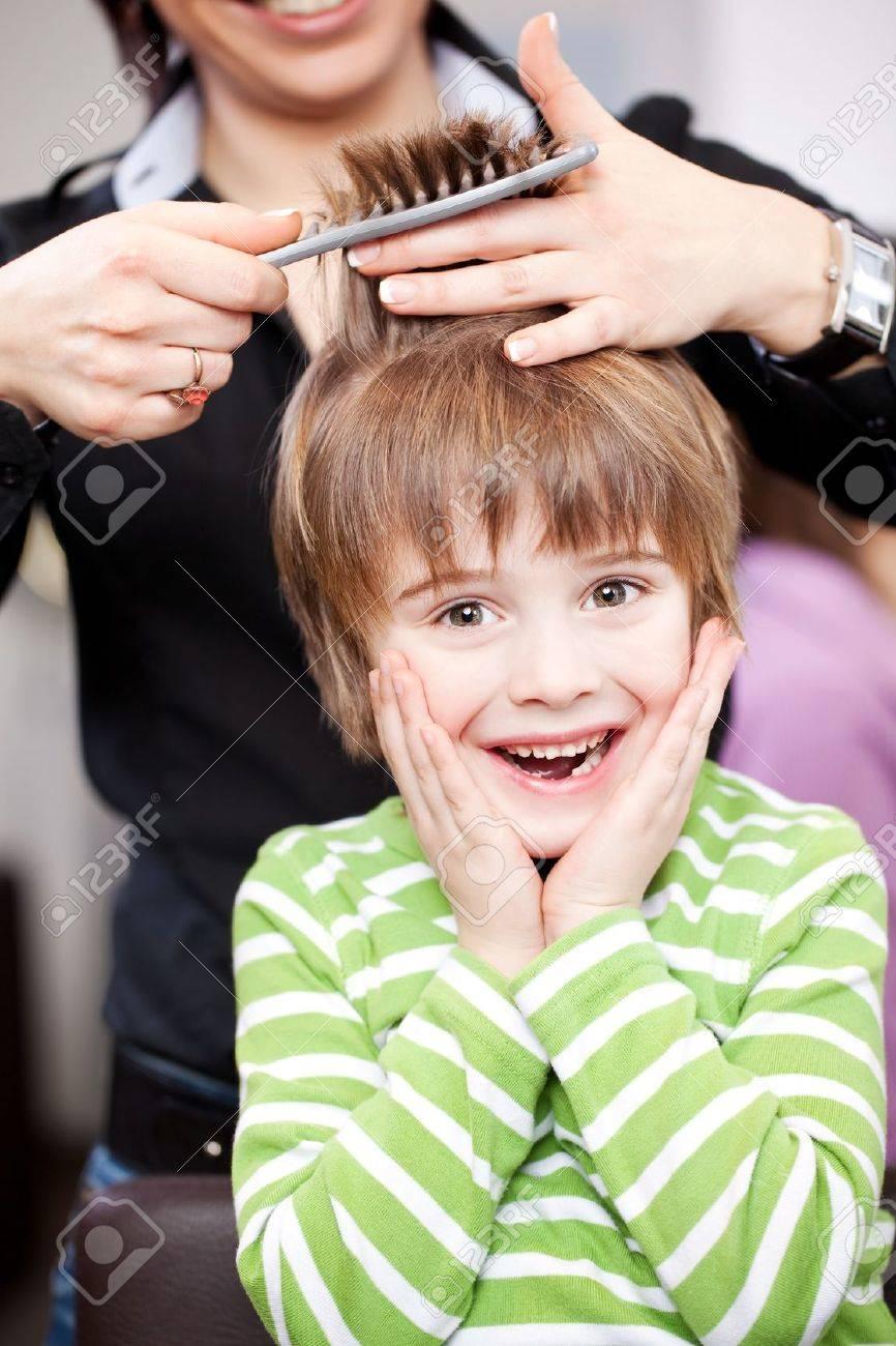 Jeune Enfant Mignon Chez Le Coiffeur Rire Avec Ses Mains à Son ...