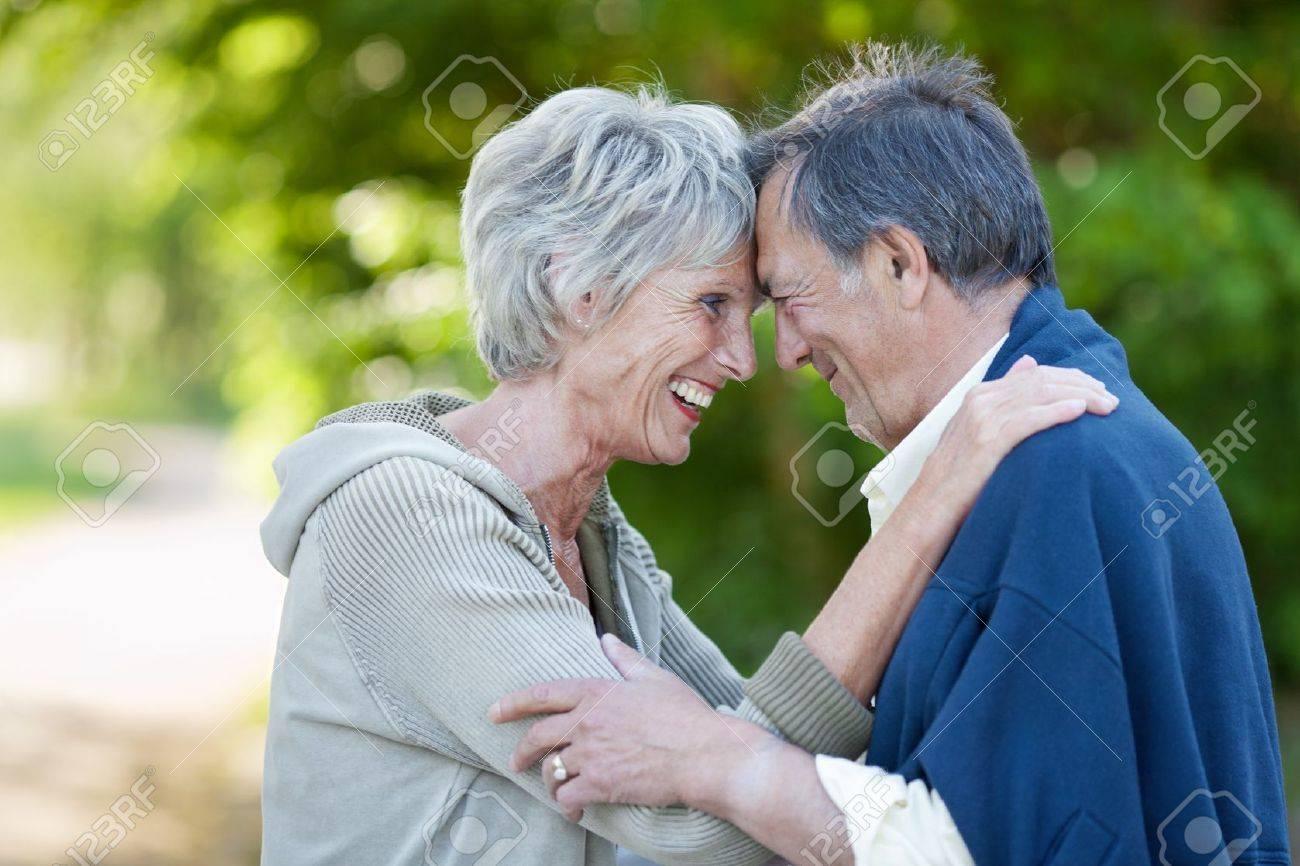 Plan De Profil Heureux Couple Amoureux Senior Tete A Tete En
