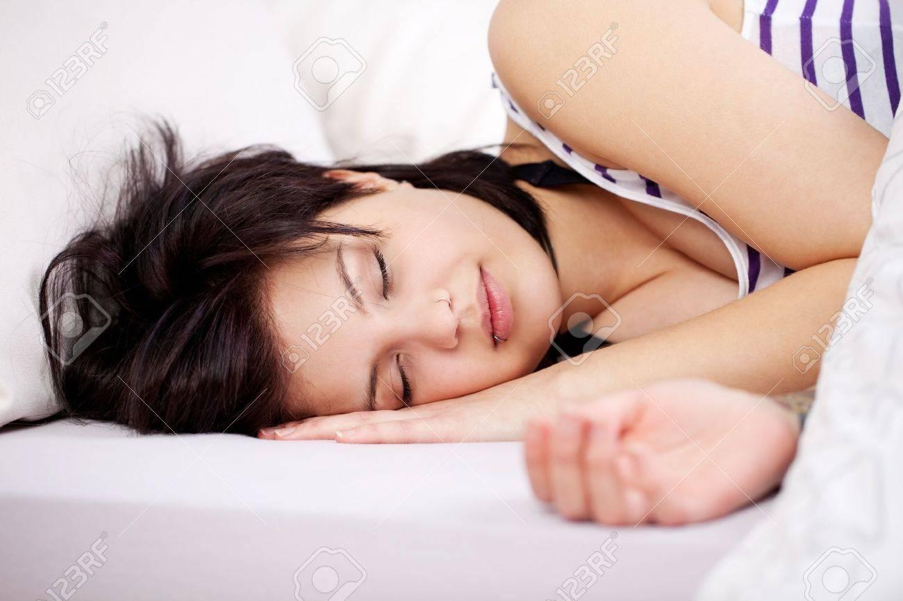 primo piano ritratto di donne dormono sul letto all'interno della ... - Donne In Camera Da Letto