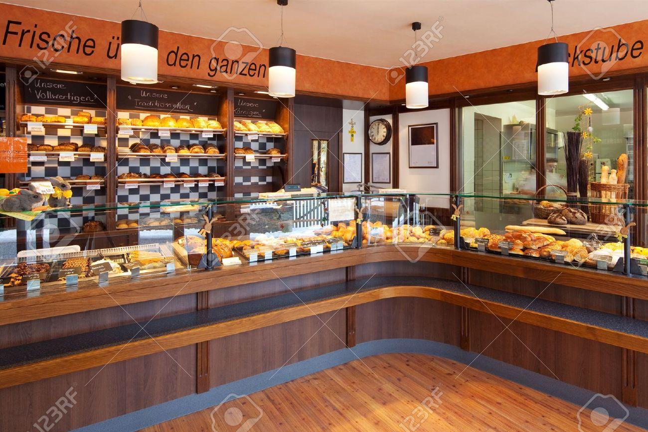 Moderne Bäckerei Interieur Mit Glas Theken Voller Leckeren Brot Und ...