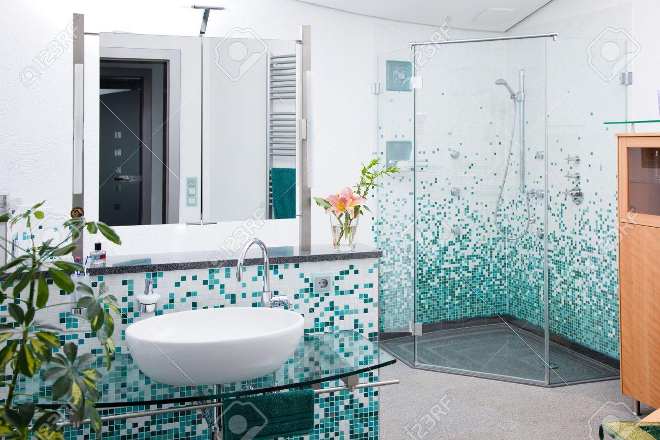 Ver en el cuarto de baño moderno con cabina de ducha de cristal
