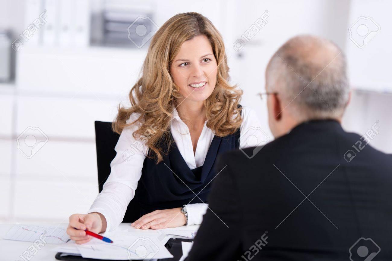 Gerente De Personal La Realización De Una Entrevista De Trabajo ...