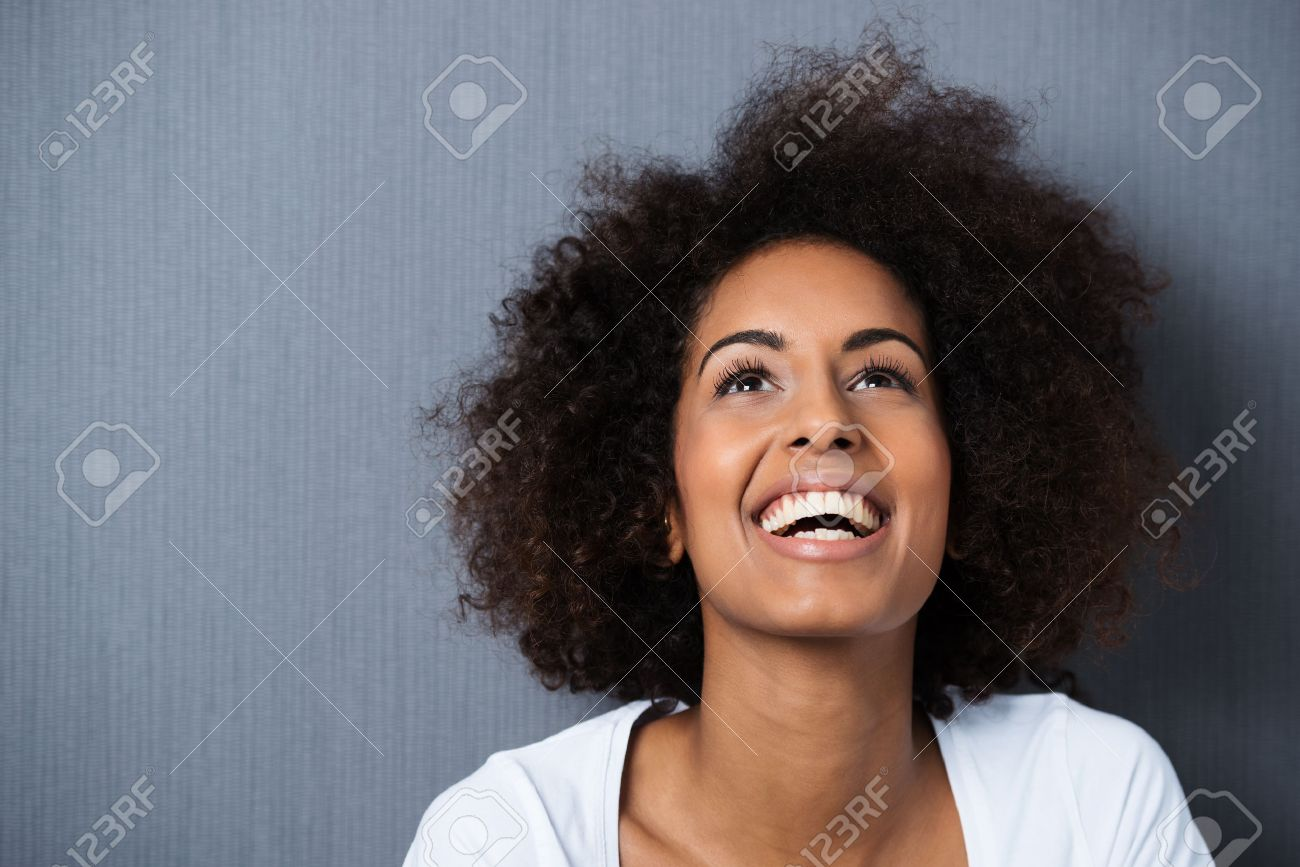 Rire Femme Afro Americaine Avec Une Coiffure Afro Et Le Bon Sens De