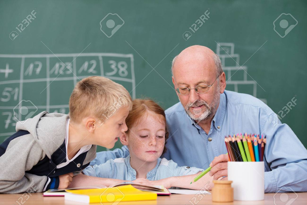 Jeune garçon et fille dans la classe avec un enseignant de sexe
