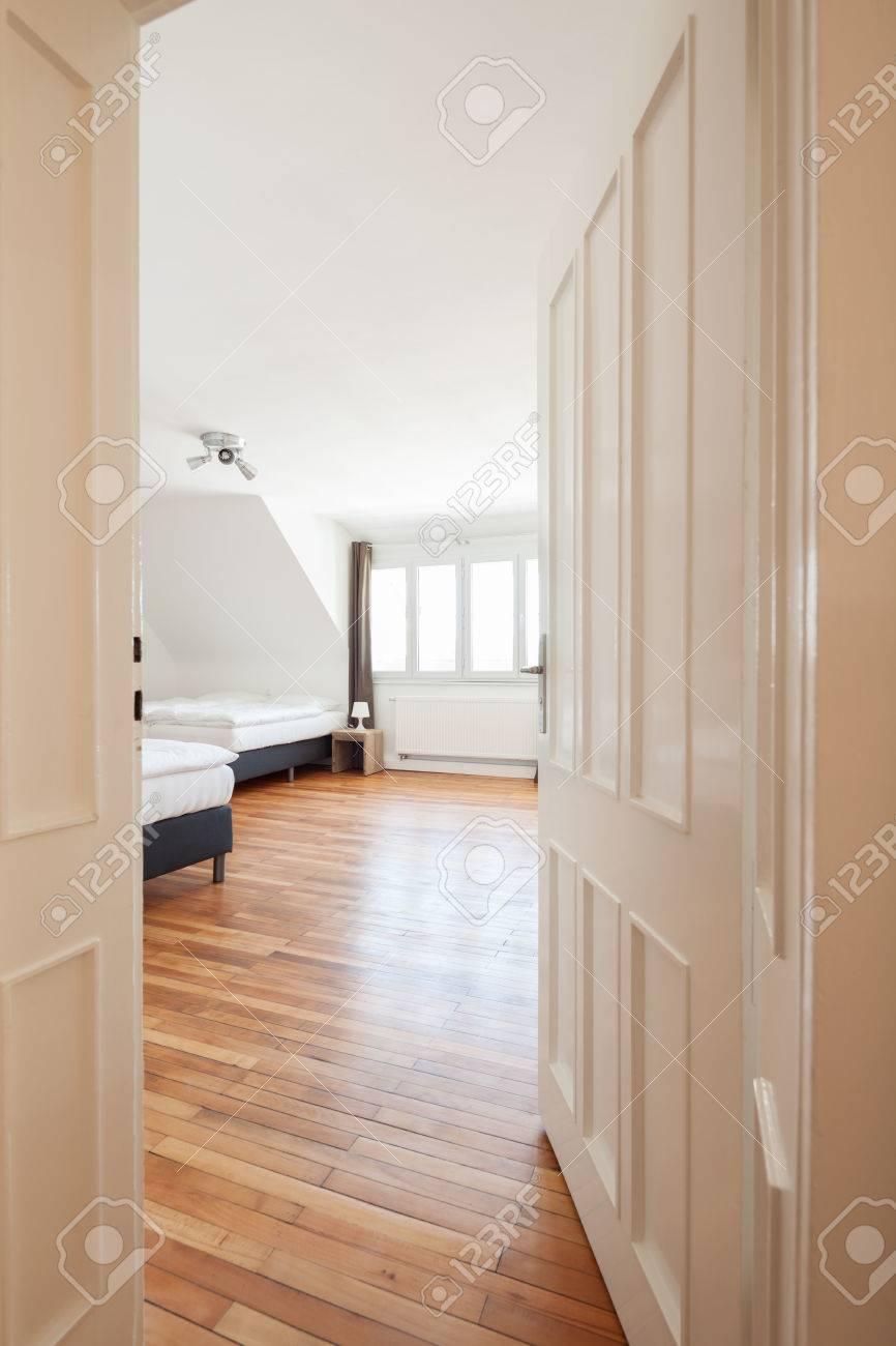 voir à travers la porte passé lambris blanc dans une spacieuse