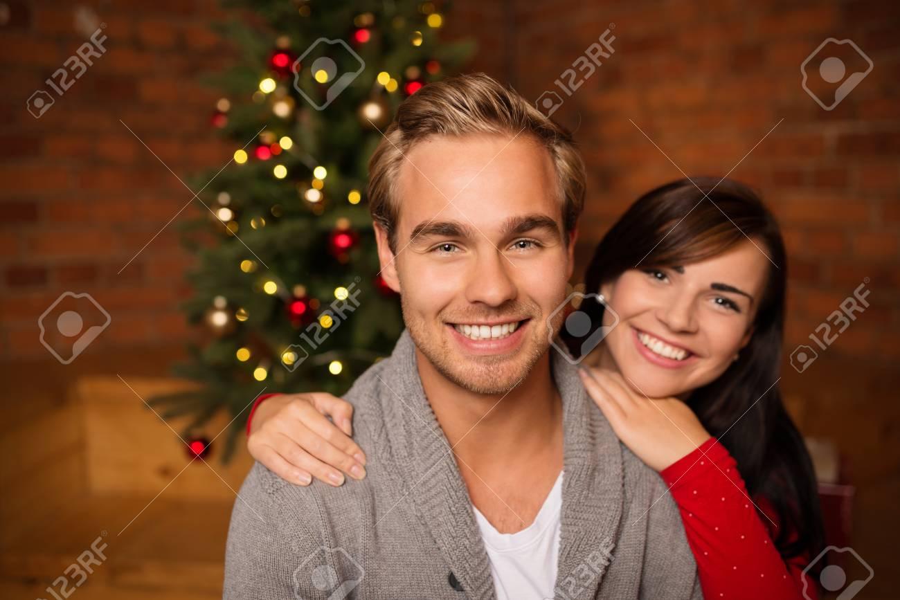 Liebevolle Junge Paare, Die Weihnachten Feiern Stand Vor Einem ...