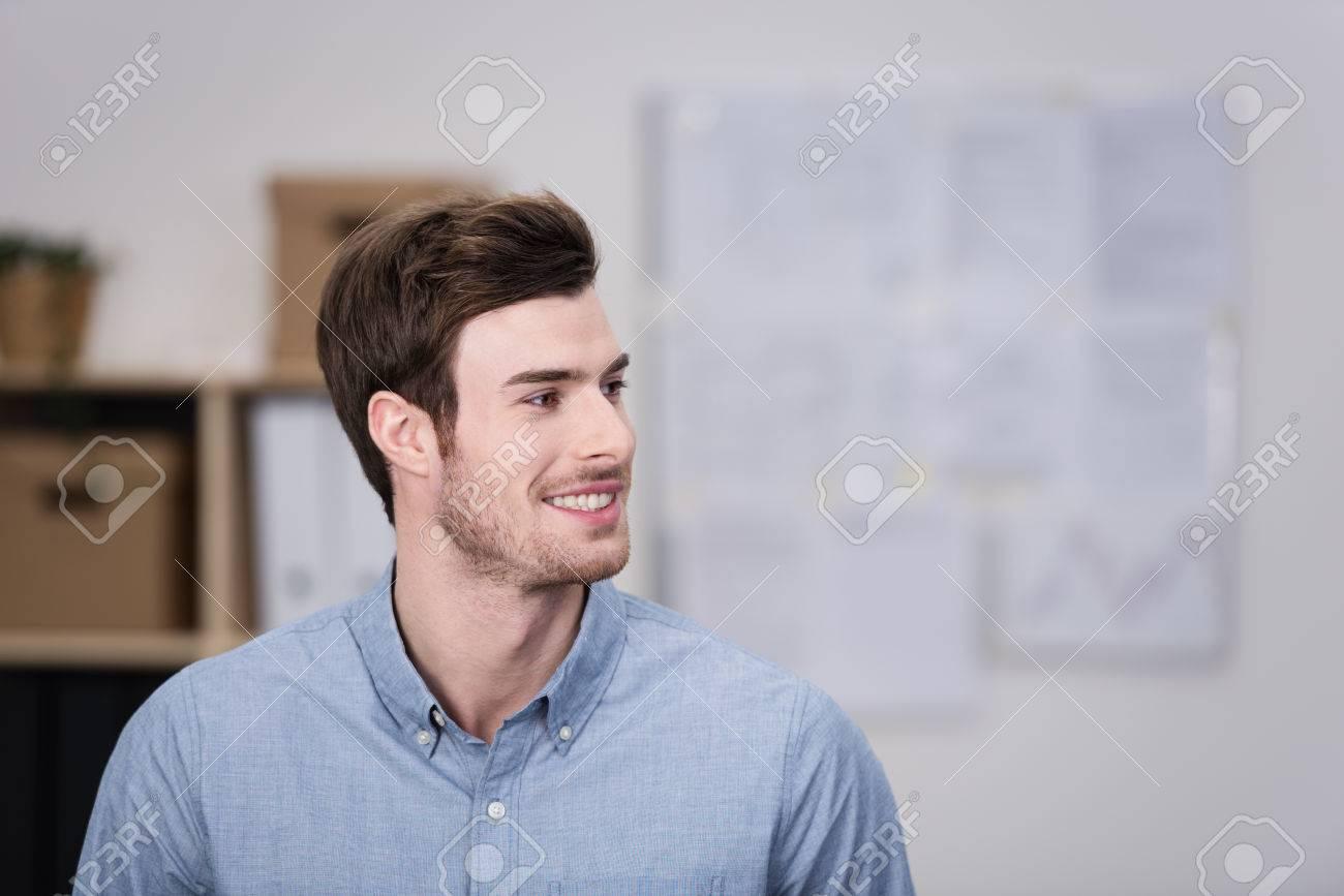 Gut Aussehender Junger Mann Lächelnd, Als Er Sieht Jemand Aus Rahmen ...