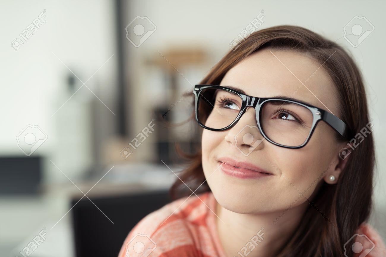 Mujer Joven Sonriente Llevaba Anteojos Con Marcos Y Negro Mirar ...