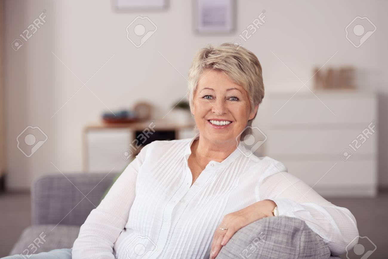 Dans Et Chemise Up LonguesAssis Souriant Femme Canapé La En Blanc Gray Manches Casual Close Senior À Enthousiaste Caméra Le Salon nw8O0XPk