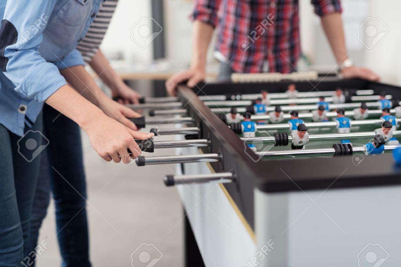 Les employés jouer table soccer jeu intérieur dans le bureau pendant