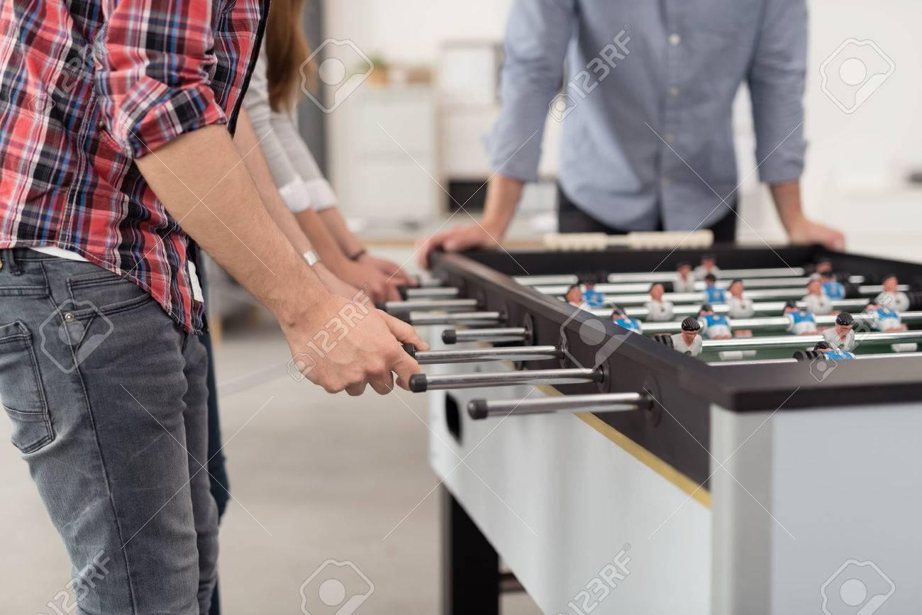 Les employés de bureau jouer à un jeu coupe du monde de soccer