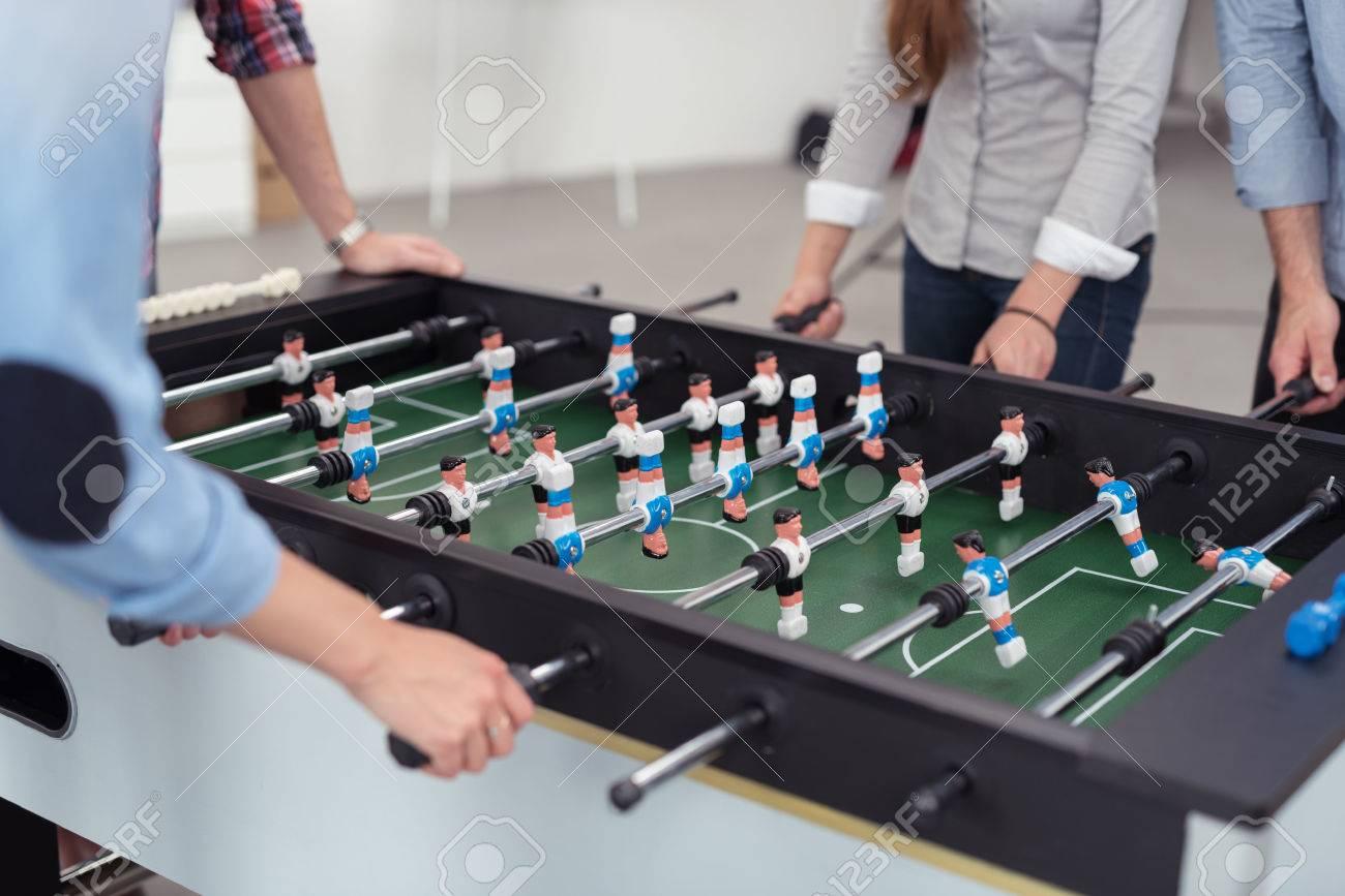 Groupe de sexe masculin et féminin bureau travailleurs jouer table