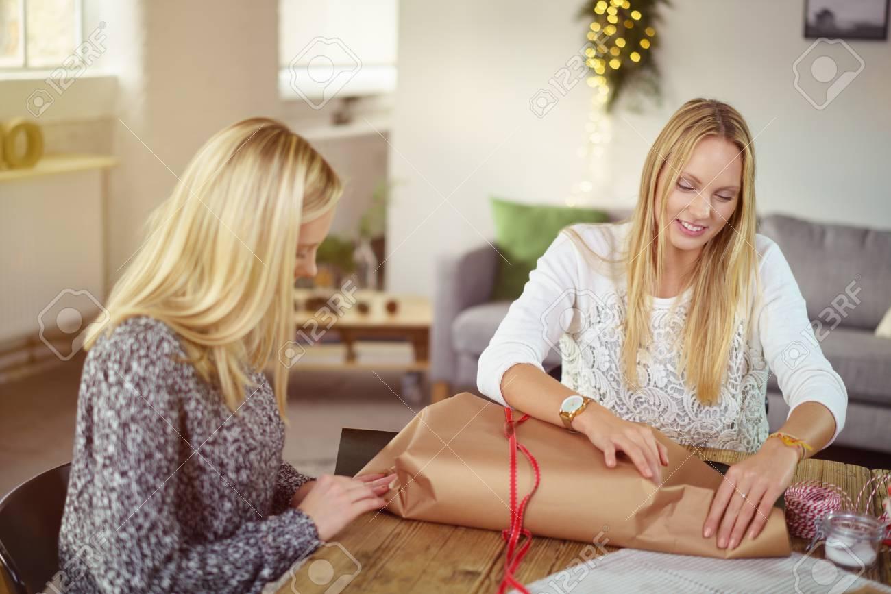 Zwei Attraktive Blonde Schwestern, Die Zu Hause An Einem Tisch ...