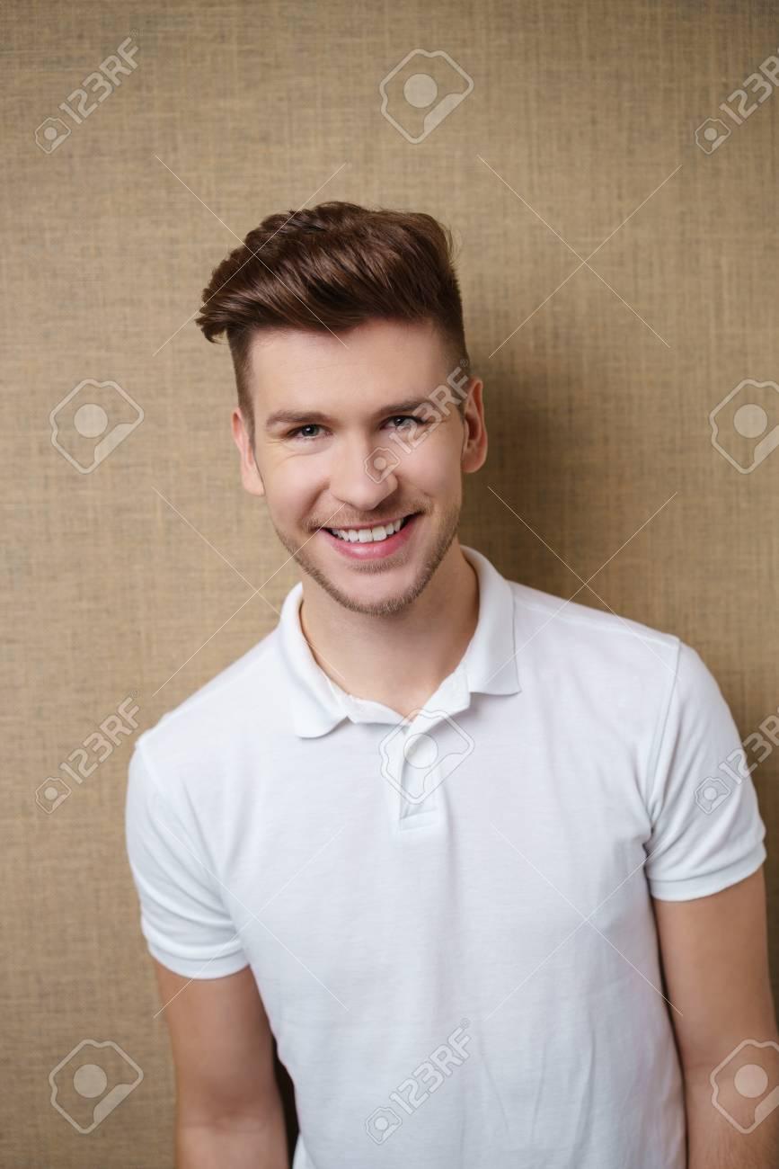 Porträt Eines Jungen Mannes Mit Trendy Frisur Lizenzfreie Fotos