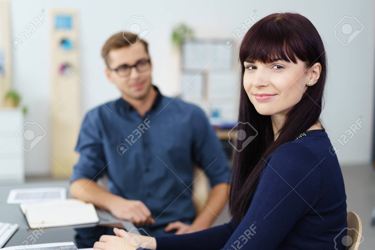 Assez sympathique jeune femme daffaires dans un bureau dentreprise