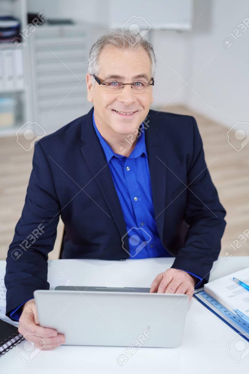 Un Uomo Età Mezza Di Stock Computer D'affari Lavorando Immagini Su EeI9WYDH2