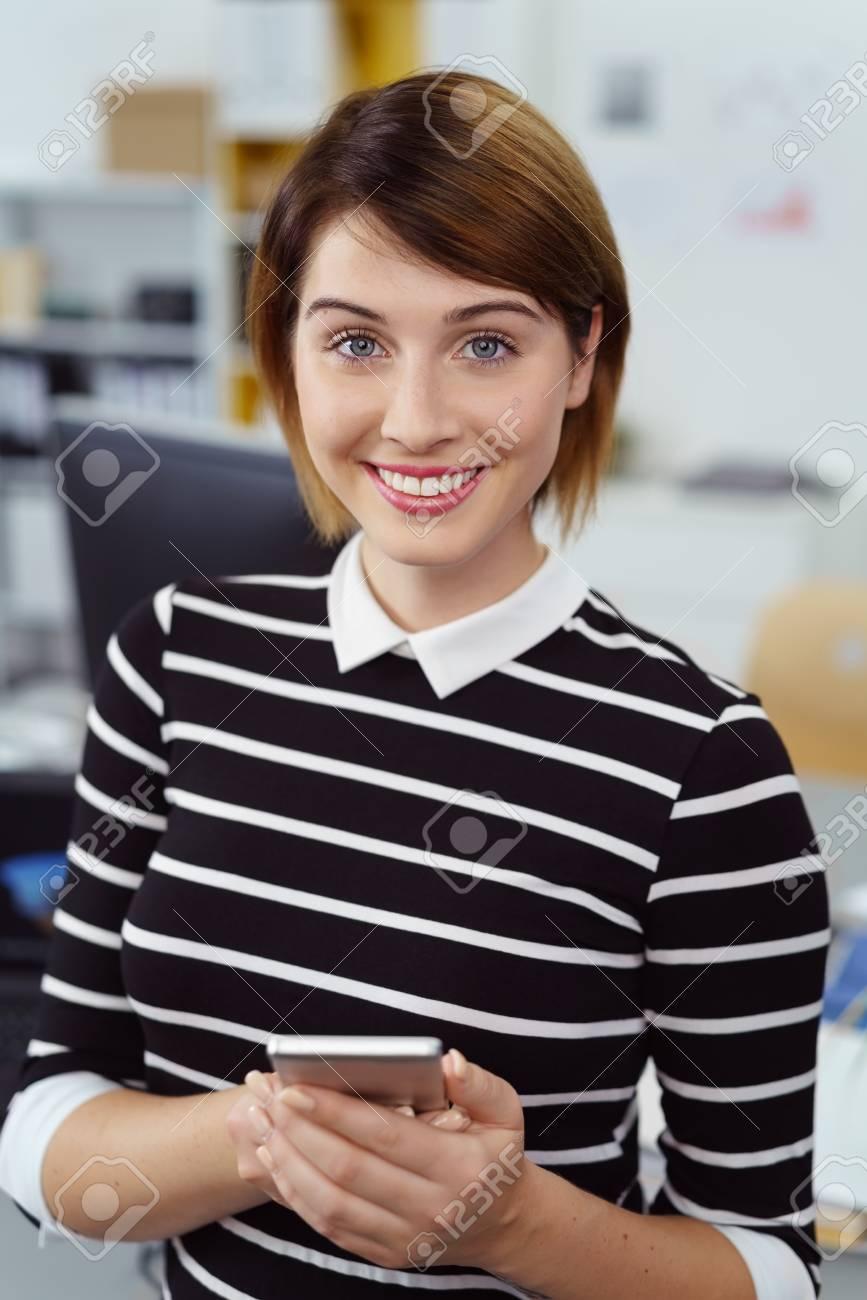 1bb2392f3e Banque d'images - poil court jeune femme dans le dispositif de maintien pull  rayé noir et blanc tout en se tenant dans un cadre de bureau