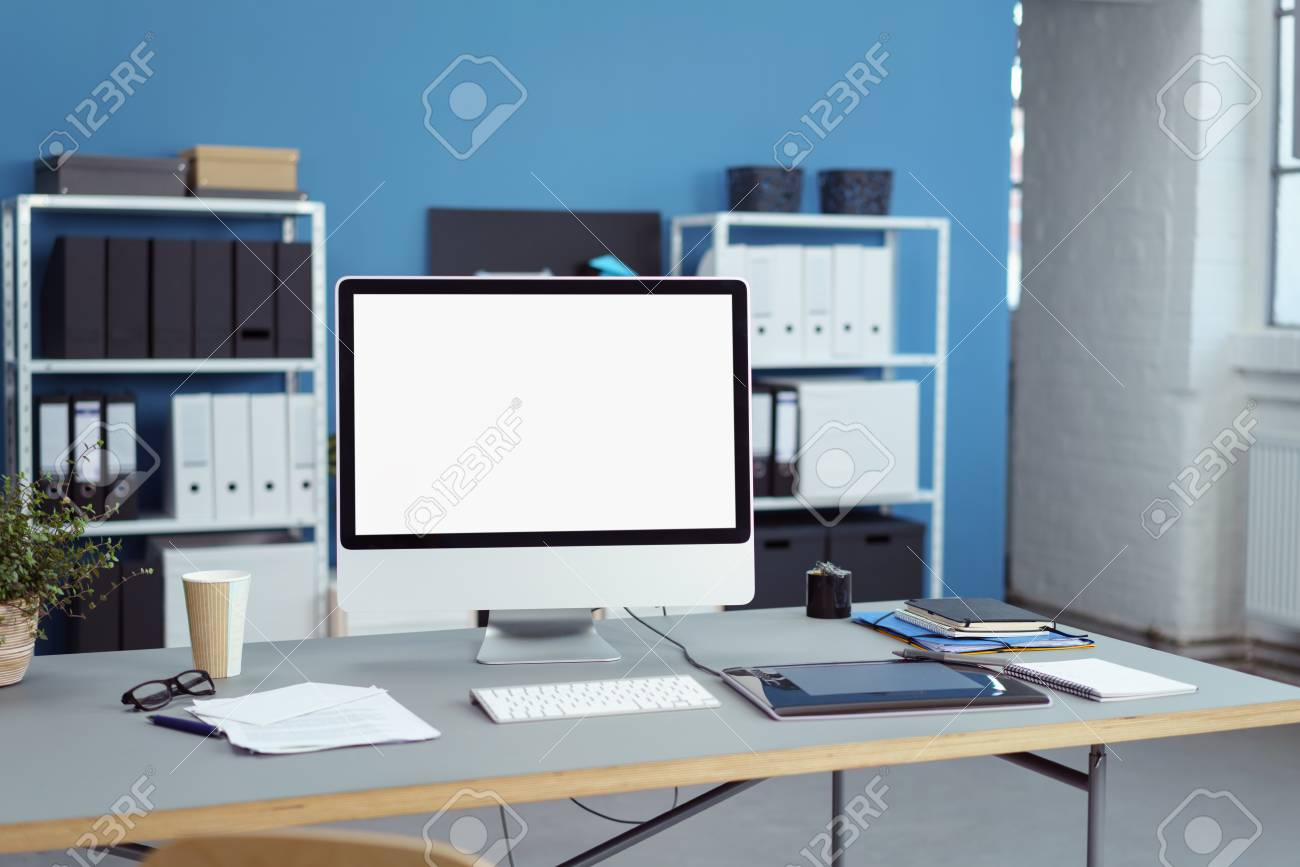 Neat espace de travail de bureau avec un ordinateur de bureau