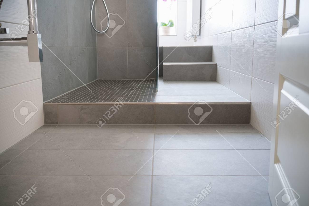 Fliesenboden Und Schritt In Eine Glasfront Moderne Duschkabine In