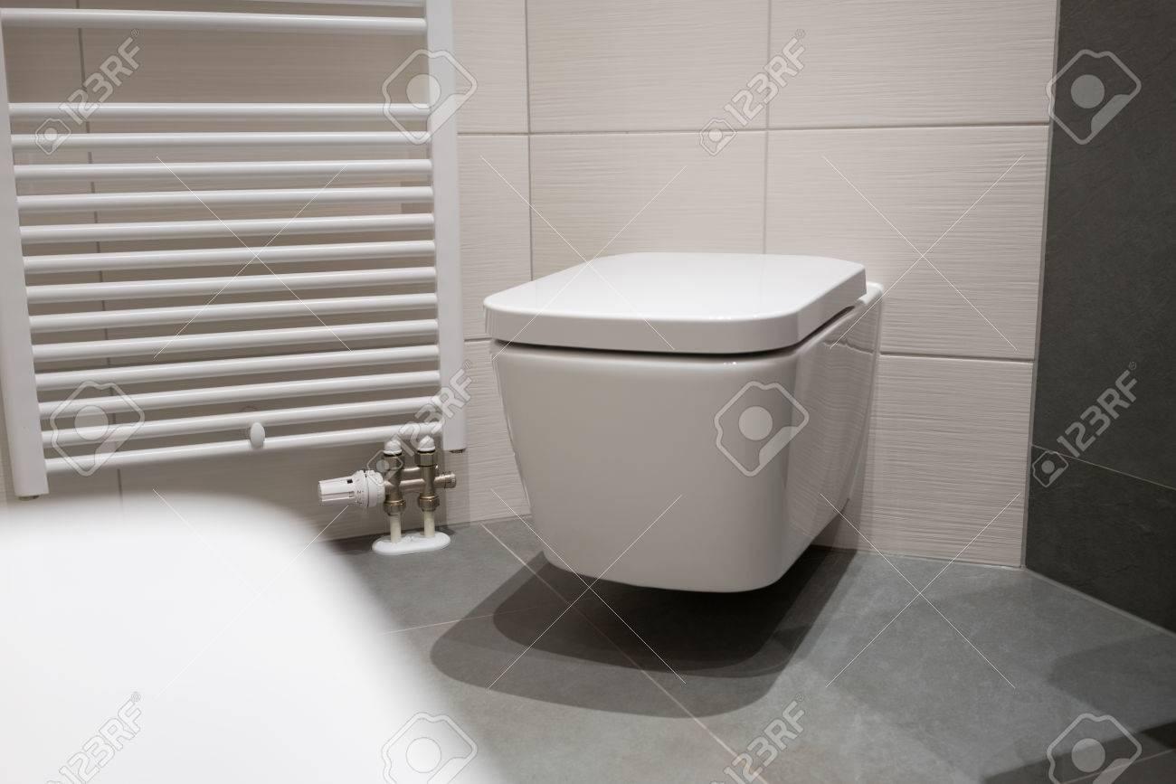 Radiator Voor Toilet : Modern rectangular wall mounted toilet alongside a heated towel