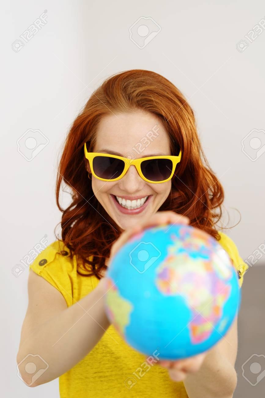 b2ee4965a7e4be Banque d images - Excité de jeune femme portant des lunettes de soleil  jaunes à la mode et correspondant top planifiant ses vacances d été comme  elle ...