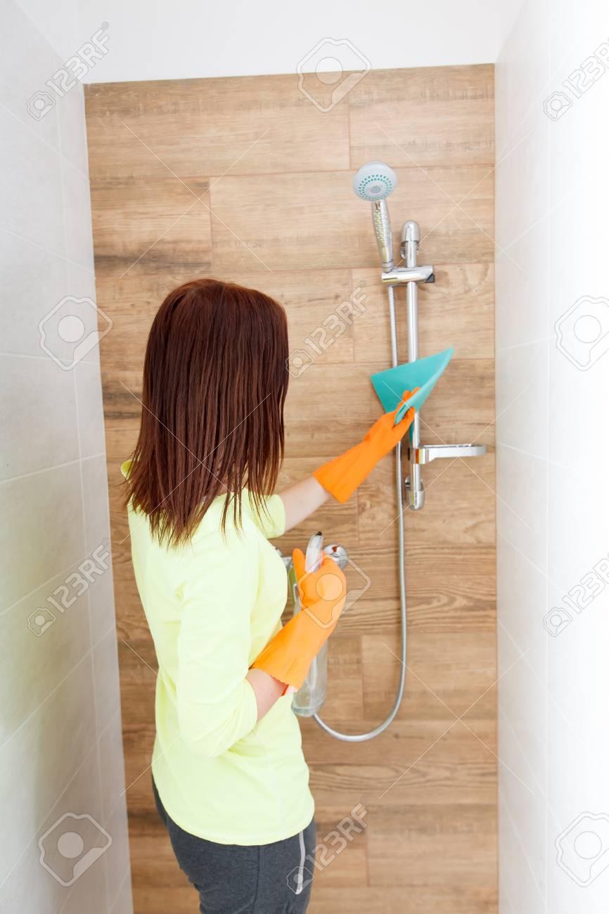 La Mujer Joven Limpia Un Cuarto De Baño. La Muchacha Limpia Ducha Y ...