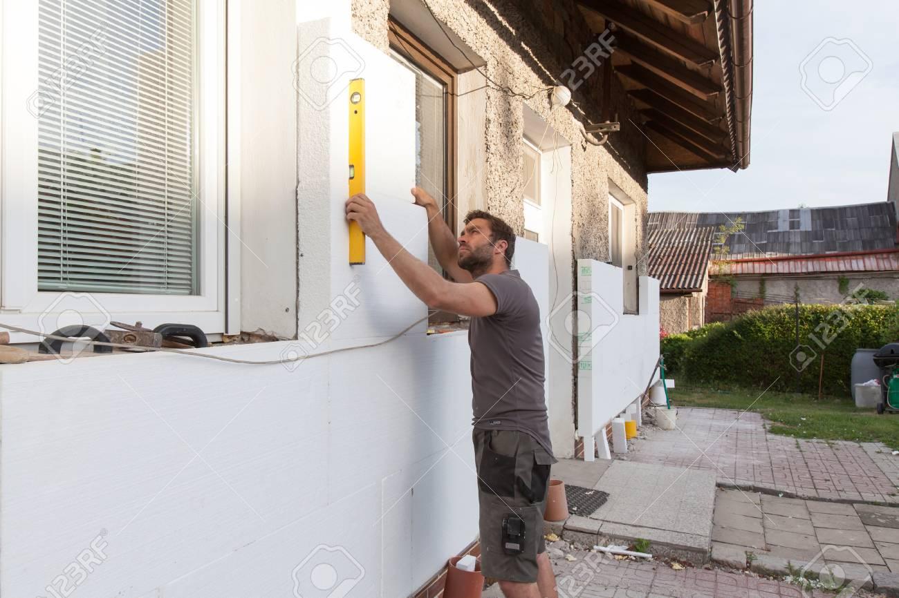 Man Arbeitet Mit Niveau An Warmedammung Der Fassade Lizenzfreie